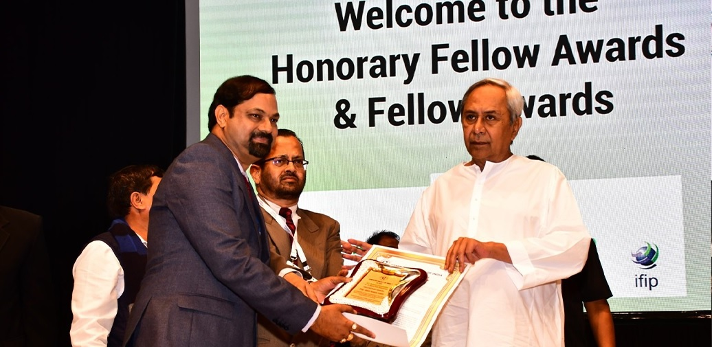 Dr. M. Manzoor Hussain, Rector & Registrar    Received CSI-2020 Fellow award in 53rd Annual Convention of Computer Society of India(CSI) from Shri Naveen Patnaik, Hon'ble Chief Minister, Odisha State